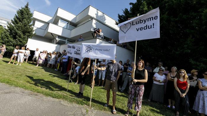 Stovky vedcov v Bratislave a v Košiciach protestovali v lete proti konaniu rezortu školstva | Foto: TASR
