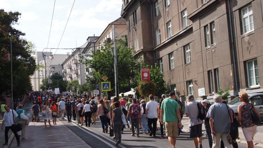 Vedci opäť pochodovali ulicami. Tentoraz pred parlament