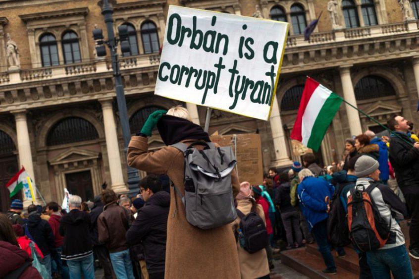 Stovky najmä mladých ľudí protestovali v sobotu 24. novembra 2018 v Budapešti proti zámeru znemožniť činnosť Stredoeurópskej univerzity (CEU) v Maďarsku a proti snahám Orbánovej vlády obmedzovať slobodu vedy a vzdelávania | Foto: TASR – Ladislav Vallach