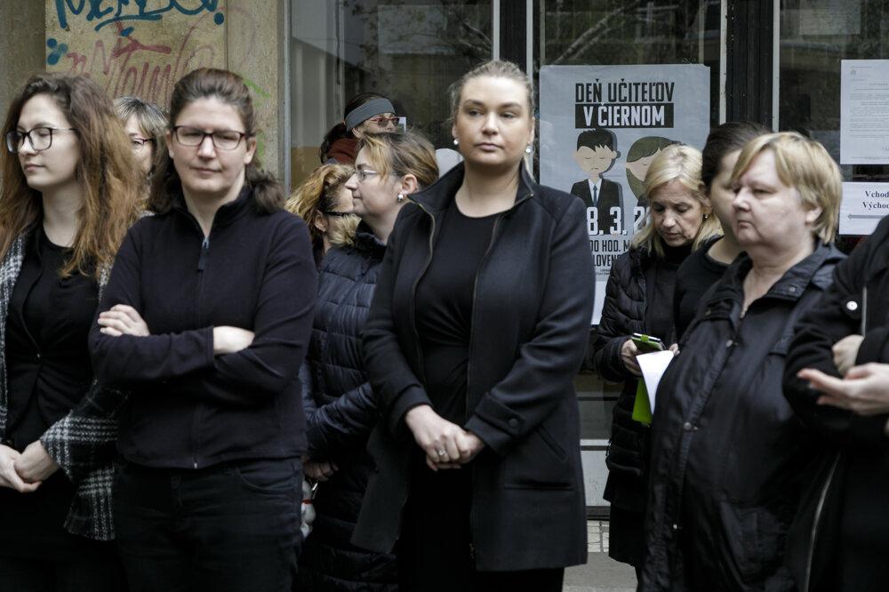 Učitelia prišli do práce v čiernom a vyzvali Lubyovú na odchod | Foto – TASR
