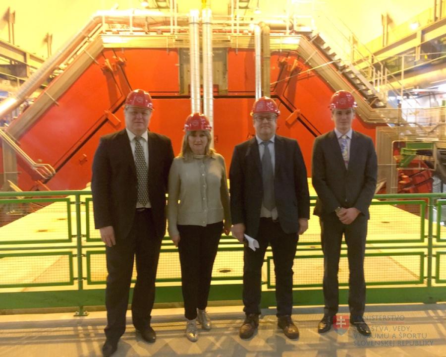 V marci 2018 malo Slovensko v Európskej organizácii pre jadrový výskum (CERN) v Ženeve svoj deň. Na záver návštevy slovenská delegácia vedená štátnou tajomníčkou Oľgou Nachtmannovou (SMER-SD) prejavila vôľu podporovať aj do budúcnosti zapojenie našich študentov do projektov vyhlasovaných každoročne CERN-om. Dnes sa dozvedáme, že ministerstvo školstva neplatí včas a v plnej miere členské poplatky v tejto organizácii | Foto – MŠVVŠ SR