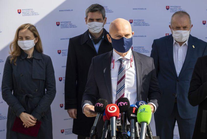 Minister školstva Branislav Gröhling (SaS) predstavil svojich troch štátnych tajomníkov | Foto – TASR/minedu.sk