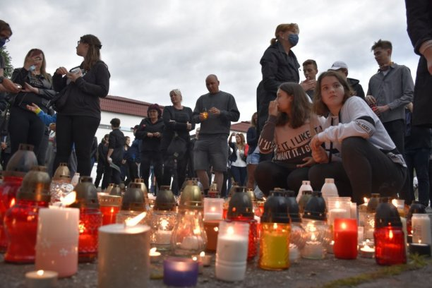 Ľudia vo Vrútkach zapaľujú sviečky pri škole na počesť učiteľa Jaroslava Budza, ktorý tragicky zahynul po útoku 22-ročného muža. Česť jeho pamiatke! | Foto – TASR/Miroslava Mlynárová