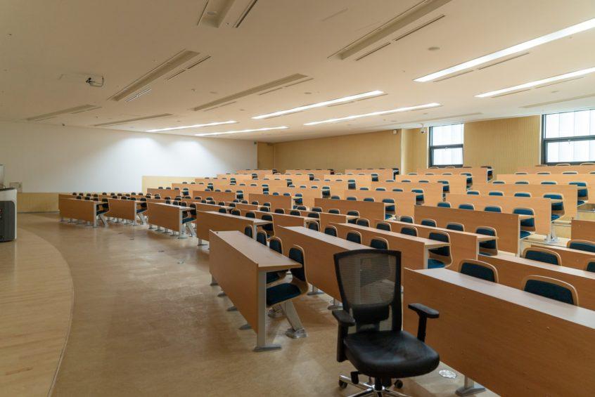 Študenti dvoch najväčších univerzít sa do posluchární tak skoro nevrátia. Žiaci základných a stredných škôl v triedach zatiaľ ostávajú   Foto – unsplash.com