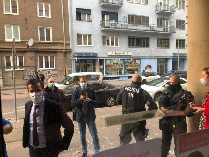 Verejnosť pred zatvorenými bránami Slovenskej technickej univerzity (STU) | Foto – SME/ZKH via FB Juraja Šeligu