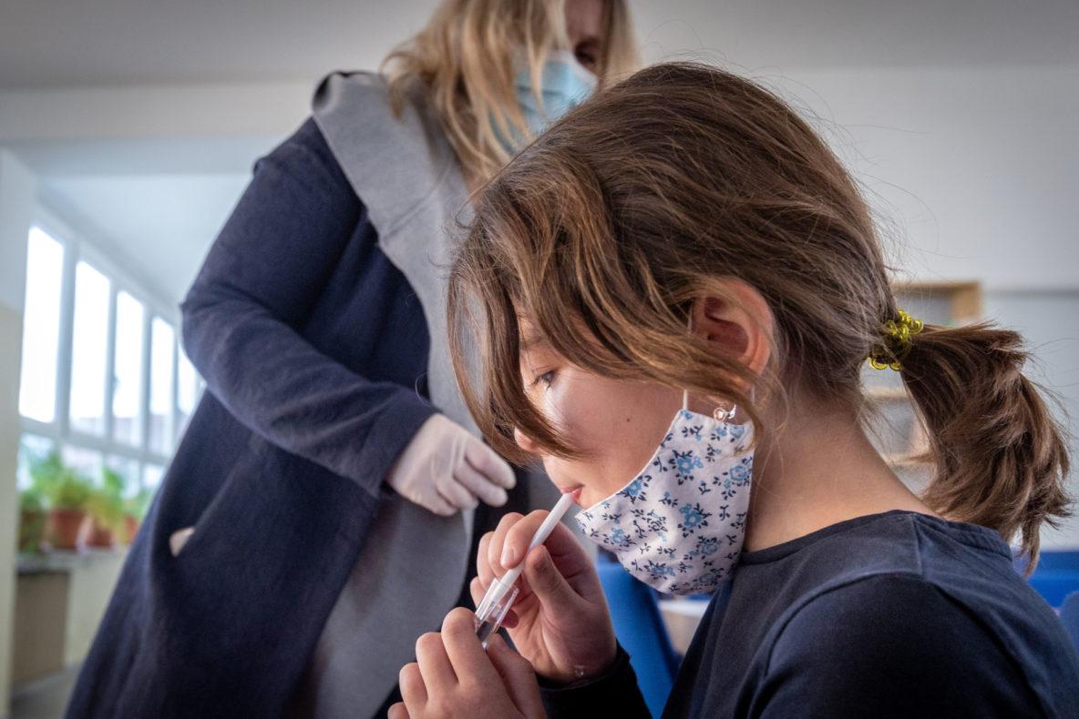 Na viacerých školách sa skúšali kloktacie testovacie sady pre diagnostiku covid-19 | Foto N – Tomáš Benedikovič