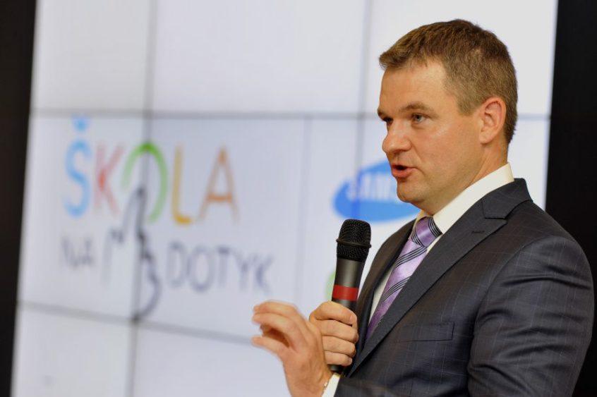 Tablety do škôl sľuboval už v roku 2014 vtedajší štátny tajomník ministerstva financií Peter Pellegrini z pozície Digitálneho lídra SR | Foto – techbox.dennikn.sk