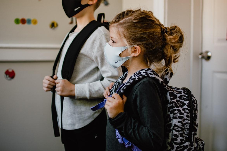 Zrušenie povinnosti nosenia rúšok na vyučovaní bolo podľa viacerých odborníkov predčasné | Foto – unsplash.com