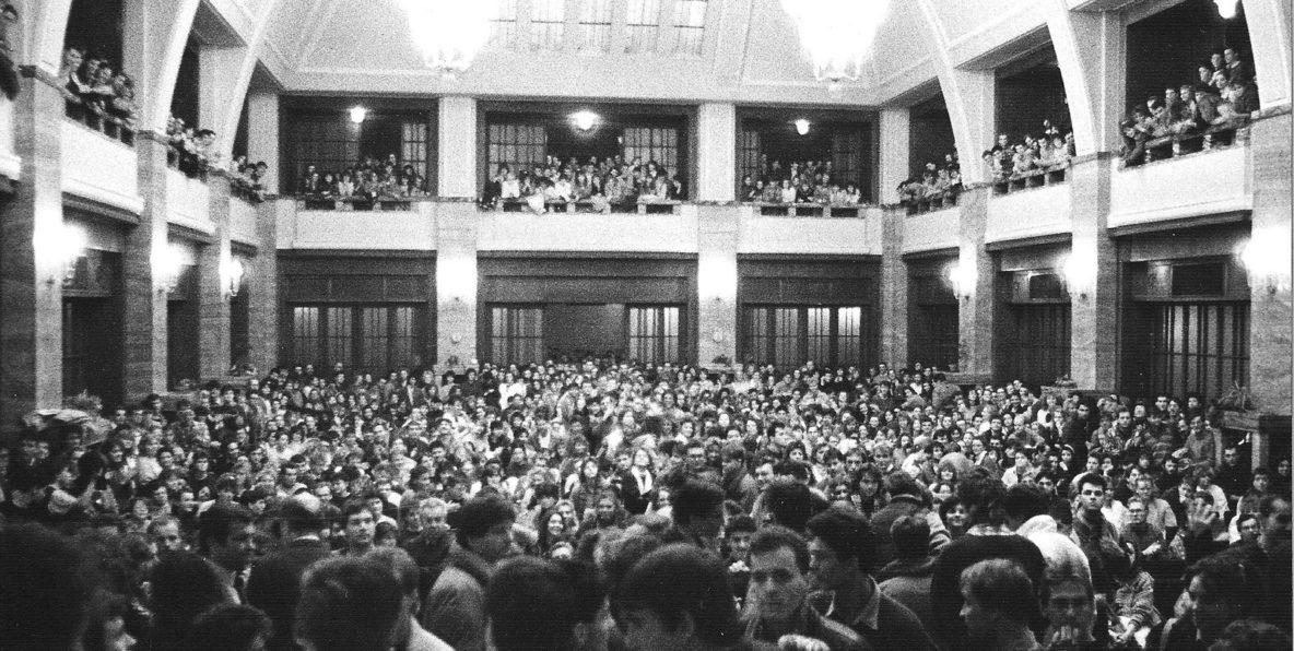 Aula Univerzity Komenského bola v novembri 1989 dejiskom študentského štrajku, dnes vstupujú univerzity do štrajkovej pohotovosti opätovne | Foto – Petra Bombíková-Maudgil via uniba.sk