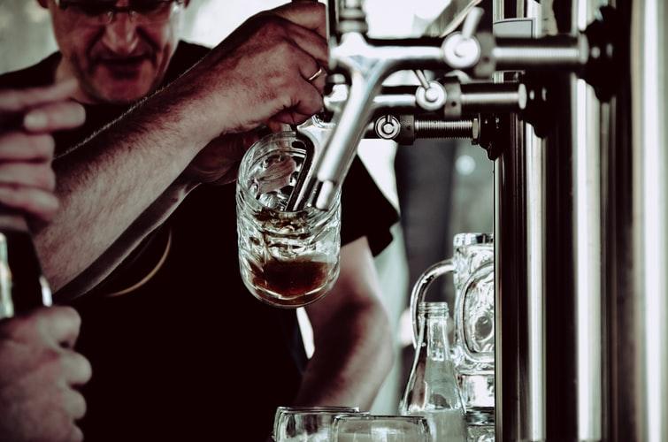 Pivo na terase dostalo prednosť pred právom na vzdelanie | Foto – unsplash.com